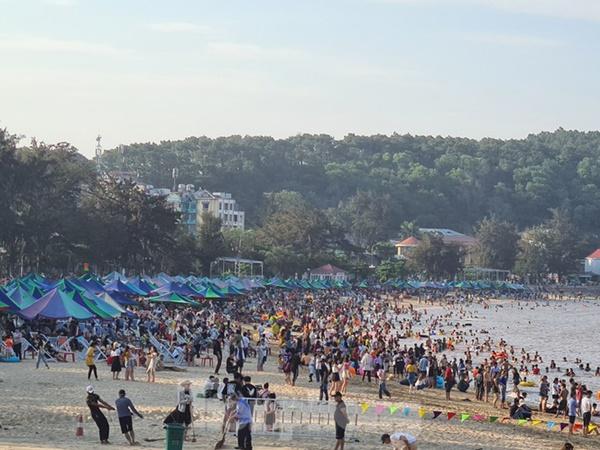 Nghìn người chen nhau tắm biển Đồ Sơn sau chuỗi ngày giãn cách xã hội-11