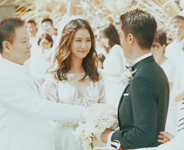 Loạt khoảnh khắc hiếm trong lễ cưới của Lâm Tâm Như - Hoắc Kiến Hoa vừa được tiết lộ, chú rể rưng rưng bên cô dâu-2