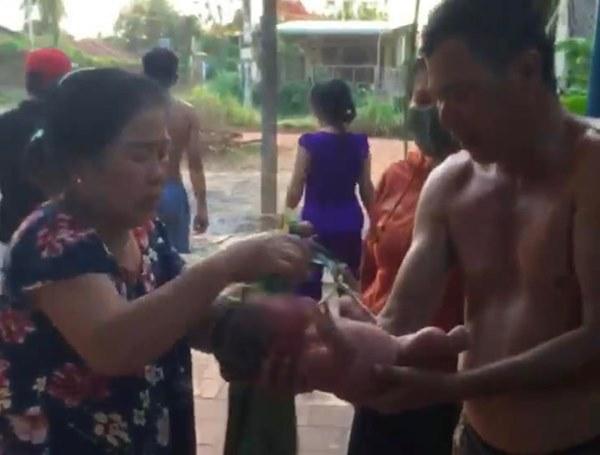 Tây Ninh: Thương tâm bé gái bị bỏ rơi trong bao đựng gạo ở nghĩa địa, kiến cắn sưng đỏ người-3