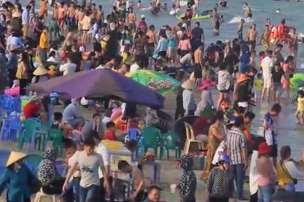 Nguy cơ 'vỡ trận' phòng dịch COVID-19 ở biển Sầm Sơn và Cửa Lò