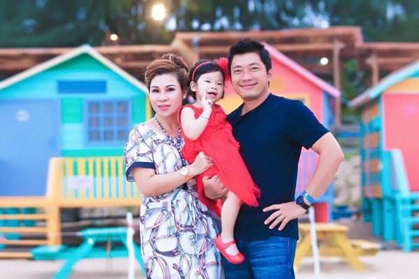 Chân dung vợ đại gia kín tiếng của Hoàng Mập, Kinh Quốc: đã khéo chăm con lại cực giàu có-3