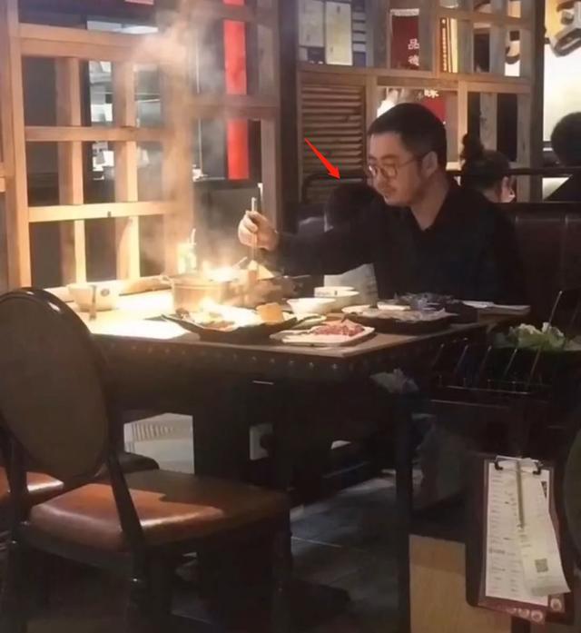 Chủ tịch Taobao bị chụp lén khi rầu rĩ đi ăn lẩu sau bê bối ngoại tình với hotgirl huyền thoại, dân mạng cảm thán: Cái giá phải trả cho sự phản bội!-1