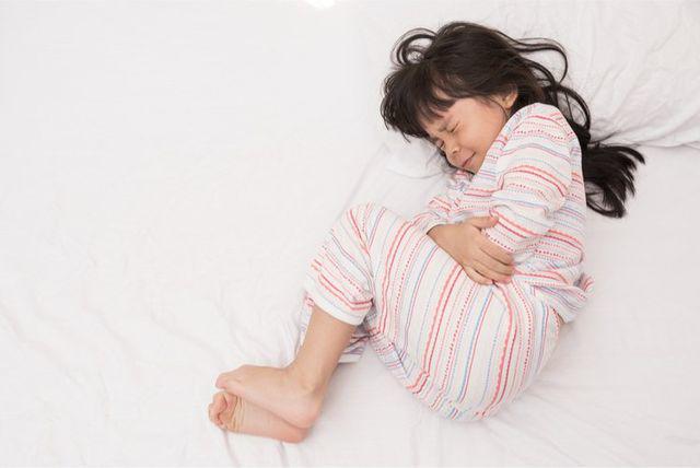 Bé 9 tuổi bị hoại tử toàn bộ buồng trứng phải cắt bỏ vì cha mẹ ngỡ con táo bón-1