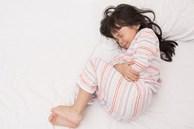 Bé 9 tuổi bị hoại tử toàn bộ buồng trứng phải cắt bỏ vì cha mẹ ngỡ con táo bón