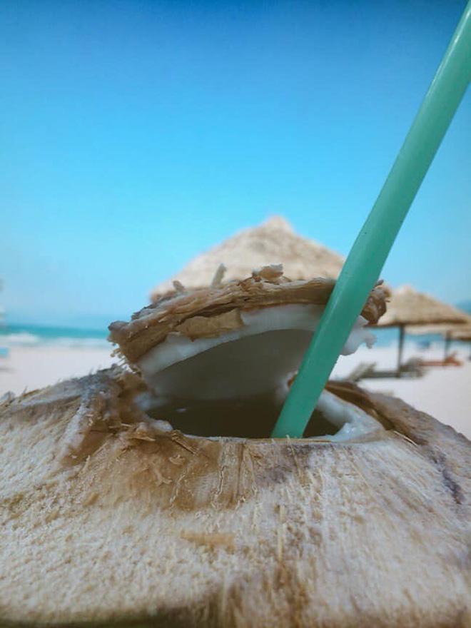 Khoe nằm bãi biển uống nước dừa, cô gái khiến đám bạn ở nhà ghen tị, sự thật đau lòng nằm trong tấm ảnh cuối-5