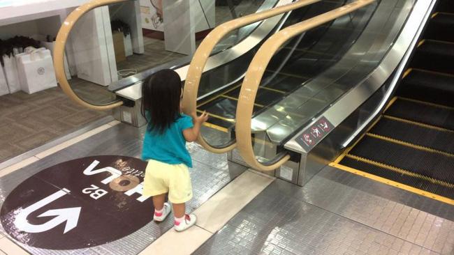 Xôn xao hình ảnh bé trai bị kẹt chân vào thang cuốn ở trung tâm thương mại và những điều bố mẹ cần lưu ý khi đưa con đi chơi-3