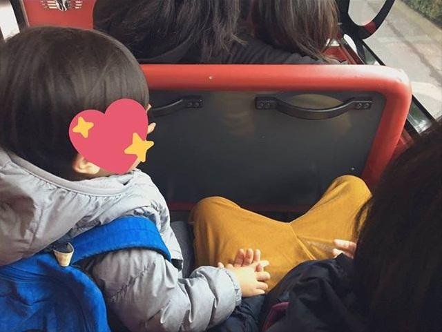 Đi xe bus cùng mẹ và chị gái, cậu nhóc 3 tuổi bất ngờ làm một hành động khiến mọi người xuýt xoa: Bé mà ngoan!-1