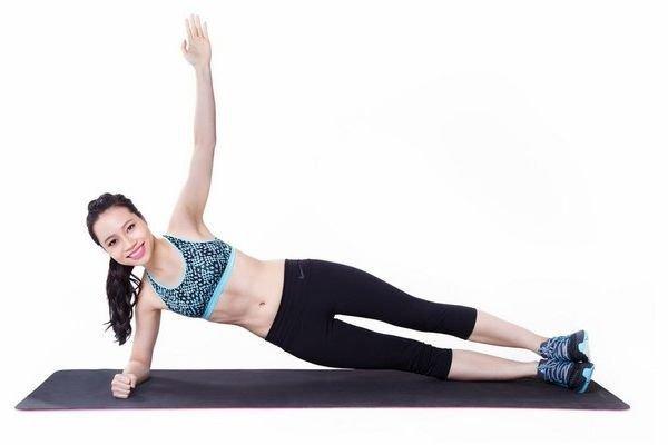 1 phút plank bằng 60 lần gập bụng, nàng hãy áp dụng ngay để nghỉ lễ không lo béo bụng-1
