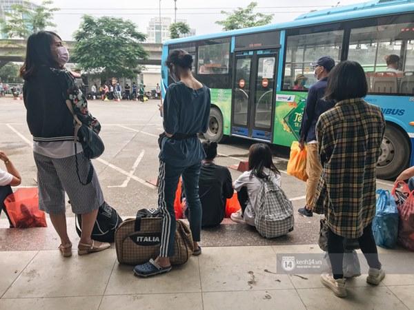 Chùm ảnh sinh viên quay trở lại thành phố học tập, tay xách nách mang hành lý và đồ ăn ngon nhất được cha mẹ gửi gắm-17