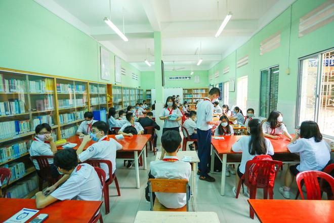 Học sinh TP.HCM ngồi học bàn tròn, đối diện nhau ở 2 đầu bàn để phòng Covid-19-17
