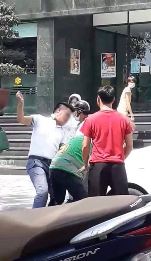 Hà Nội: Nam shipper bị tài xế ô tô hành hung sau va chạm giao thông, sự việc chỉ kết thúc khi có sự can ngăn của 1 cô gái-1