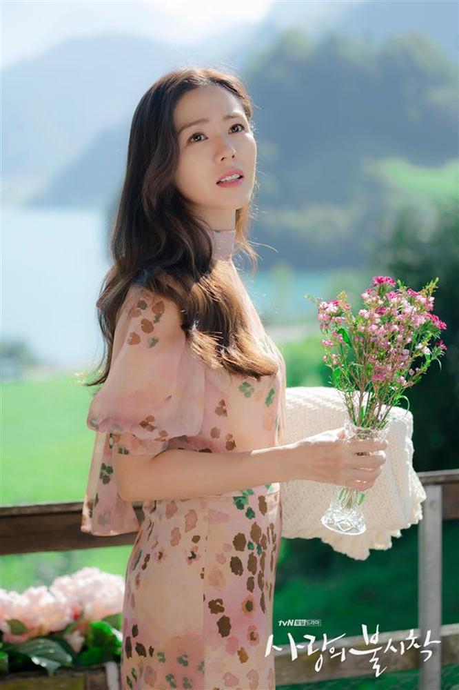 Son Ye Jin xinh tươi phơi phới trong chiếc áo hoa nhưng vẫn thua nhẹ bà cả Thế Giới Hôn Nhân về độ sang trọng, quý phái-2