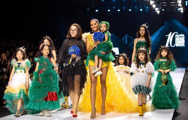 Bé Hà My - mẫu nhí 4 tuổi bị ung thư từng được hoa hậu HHen Niê bế trên sàn catwalk khiến bao người rơi nước mắt đã qua đời-1
