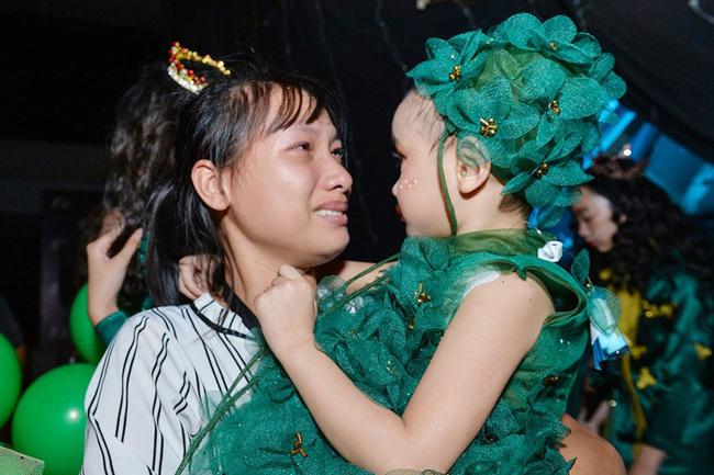 Bé Hà My - mẫu nhí 4 tuổi bị ung thư từng được hoa hậu HHen Niê bế trên sàn catwalk khiến bao người rơi nước mắt đã qua đời-4
