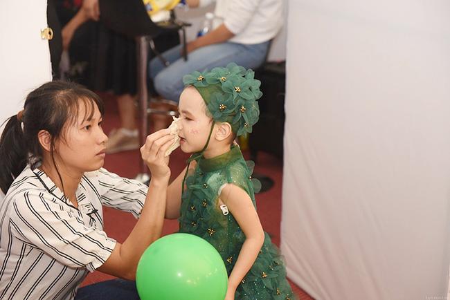 Bé Hà My - mẫu nhí 4 tuổi bị ung thư từng được hoa hậu HHen Niê bế trên sàn catwalk khiến bao người rơi nước mắt đã qua đời-5