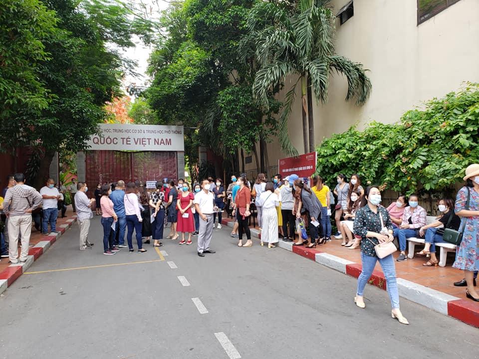 Bức xúc với chính sách thu học phí mùa dịch, phụ huynh đồng loạt kéo đến trường Quốc tế Việt Úc phản đối-1