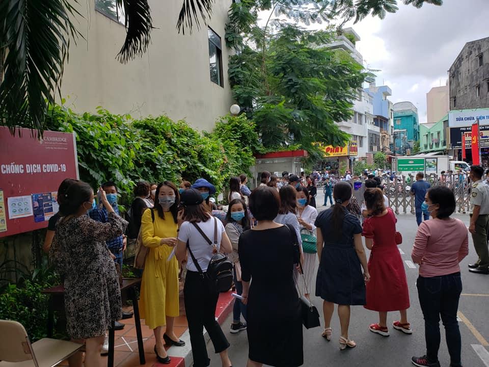 Bức xúc với chính sách thu học phí mùa dịch, phụ huynh đồng loạt kéo đến trường Quốc tế Việt Úc phản đối-2