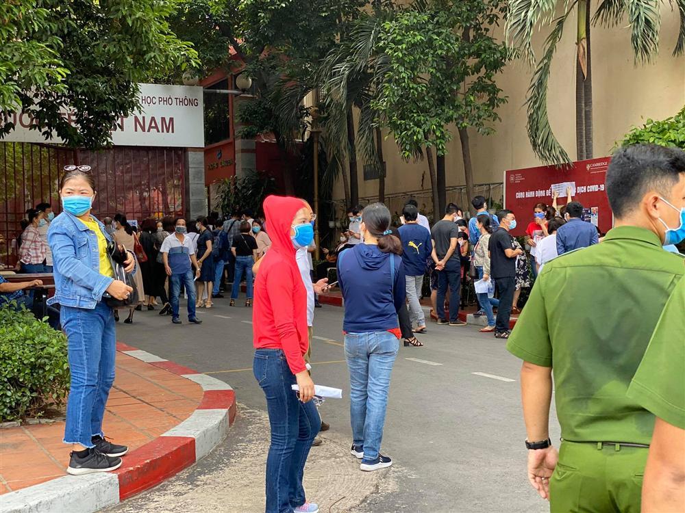 Bức xúc với chính sách thu học phí mùa dịch, phụ huynh đồng loạt kéo đến trường Quốc tế Việt Úc phản đối-3