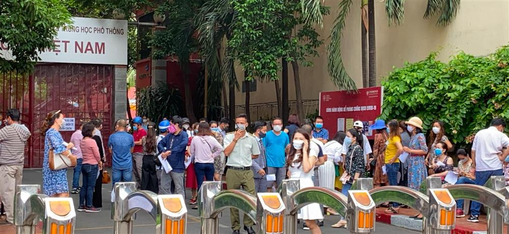 Bức xúc với chính sách thu học phí mùa dịch, phụ huynh đồng loạt kéo đến trường Quốc tế Việt Úc phản đối-4