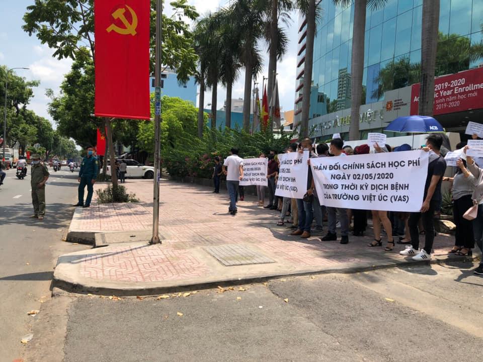 Bức xúc với chính sách thu học phí mùa dịch, phụ huynh đồng loạt kéo đến trường Quốc tế Việt Úc phản đối-5