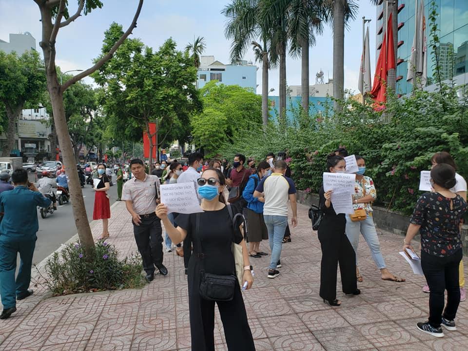 Bức xúc với chính sách thu học phí mùa dịch, phụ huynh đồng loạt kéo đến trường Quốc tế Việt Úc phản đối-7
