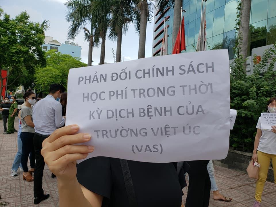 Bức xúc với chính sách thu học phí mùa dịch, phụ huynh đồng loạt kéo đến trường Quốc tế Việt Úc phản đối-8