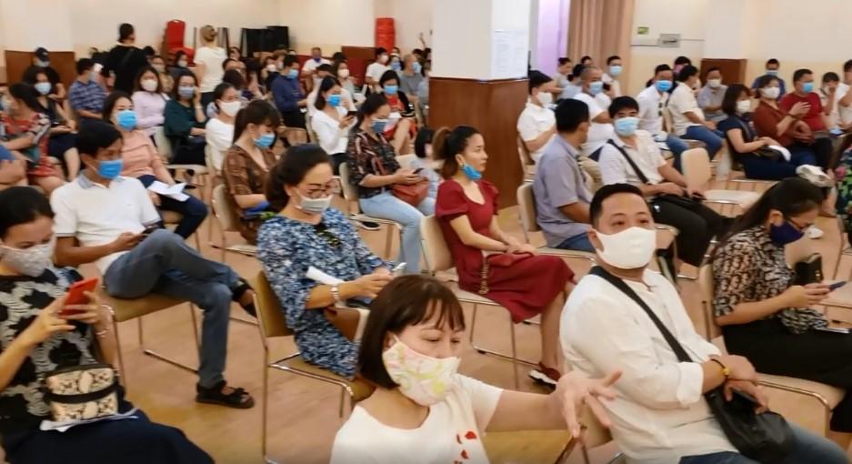 Bức xúc với chính sách thu học phí mùa dịch, phụ huynh đồng loạt kéo đến trường Quốc tế Việt Úc phản đối-9