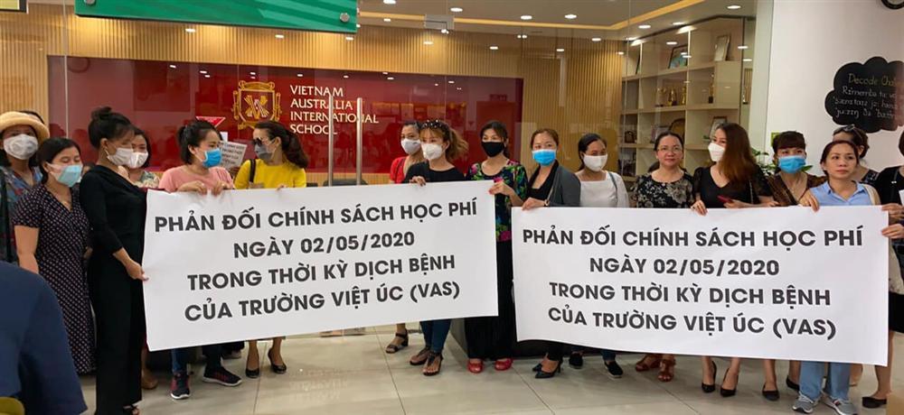 Bức xúc với chính sách thu học phí mùa dịch, phụ huynh đồng loạt kéo đến trường Quốc tế Việt Úc phản đối-10
