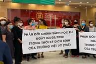 Bức xúc với chính sách thu học phí mùa dịch, phụ huynh đồng loạt kéo đến trường Quốc tế Việt Úc phản đối