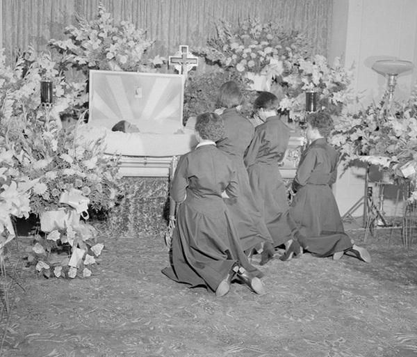 Cuộc đời gian truân của 5 chị em trong ca sinh 5 đầu tiên trên thế giới: Làm trò mua vui cho thiên hạ rồi bị cha đẻ lạm dụng-11