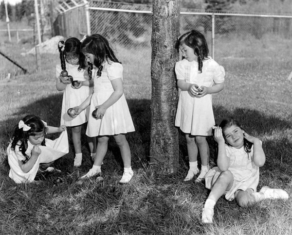 Cuộc đời gian truân của 5 chị em trong ca sinh 5 đầu tiên trên thế giới: Làm trò mua vui cho thiên hạ rồi bị cha đẻ lạm dụng-9