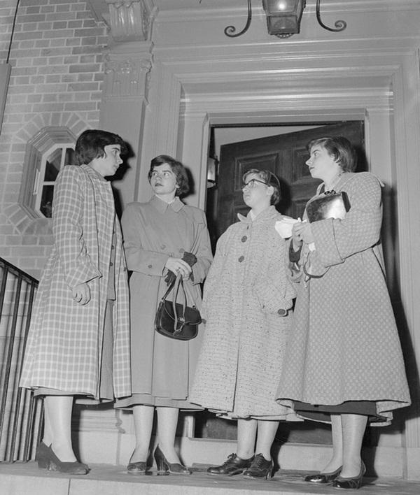 Cuộc đời gian truân của 5 chị em trong ca sinh 5 đầu tiên trên thế giới: Làm trò mua vui cho thiên hạ rồi bị cha đẻ lạm dụng-12