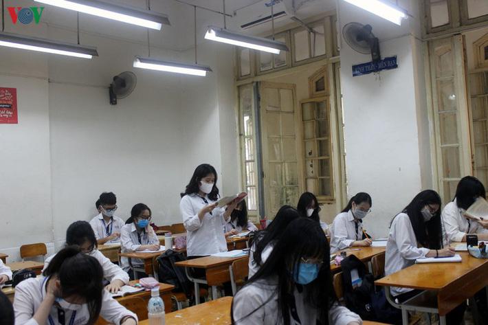 Không mở điều hòa, trường bật quạt hết công suất, học sinh than nóng-4