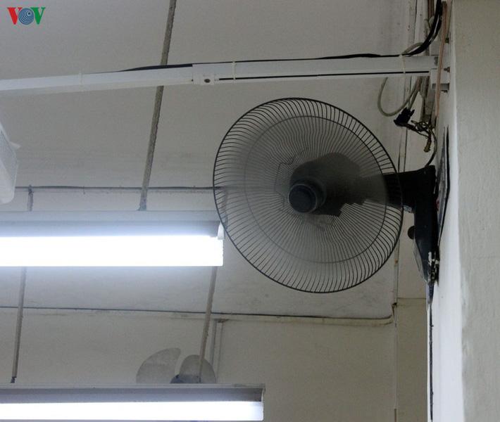 Không mở điều hòa, trường bật quạt hết công suất, học sinh than nóng-6