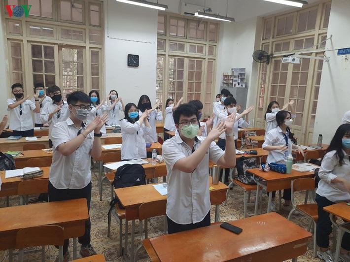 Không mở điều hòa, trường bật quạt hết công suất, học sinh than nóng-11