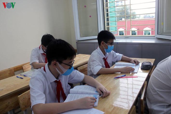 Không mở điều hòa, trường bật quạt hết công suất, học sinh than nóng-14