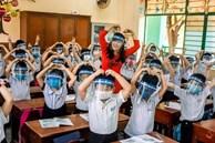 Học sinh đeo tấm chắn giọt bắn: Bỏ ngay nếu không muốn con hỏng mắt!