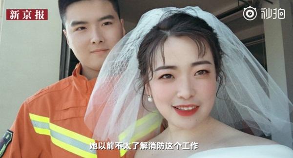 Đang chụp ảnh cưới, chú rể nghe tiếng động rồi quay lưng chạy đi, cô dâu dù biết lý do nhưng vẫn không khỏi ngơ ngác-3