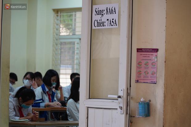 Chủ tịch Hà Nội: Không nên chia giờ học và học sinh không cần đeo tấm chắn giọt bắn-1
