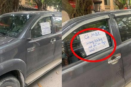 Đỗ xe bên đường, tài xế tức giận khi bị vặt gương, đọc mẩu giấy trên kính lại