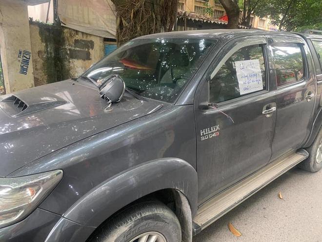 Đỗ xe bên đường, tài xế tức giận khi bị vặt gương, đọc mẩu giấy trên kính lại đỏ mặt xấu hổ-2