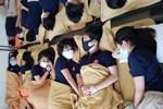 Thực hư việc nhà trường cho học sinh đeo tấm chắn giọt bắn trong lớp-2