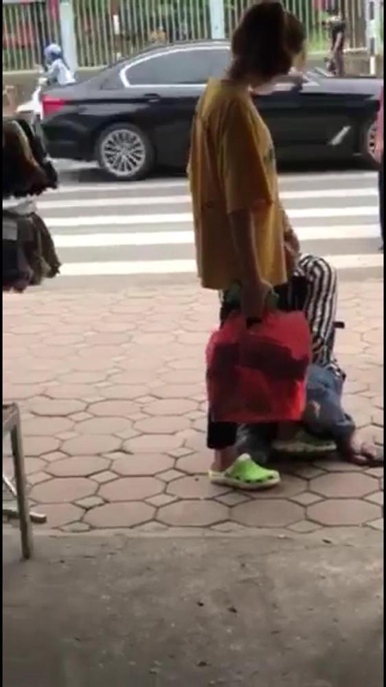 Chuyện chia tay hot nhất MXH hôm nay: Chàng trai ôm chặt chân người yêu van xin quay lại khiến náo loạn cả con phố nhưng cái kết mới chết ngất-2