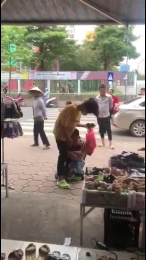 Chuyện chia tay hot nhất MXH hôm nay: Chàng trai ôm chặt chân người yêu van xin quay lại khiến náo loạn cả con phố nhưng cái kết mới chết ngất-3