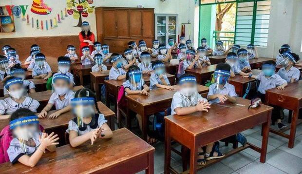 Thực hư việc nhà trường cho học sinh đeo tấm chắn giọt bắn trong lớp-1