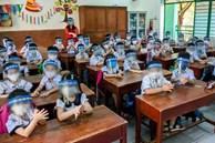 Thực hư việc nhà trường cho học sinh đeo tấm chắn giọt bắn trong lớp