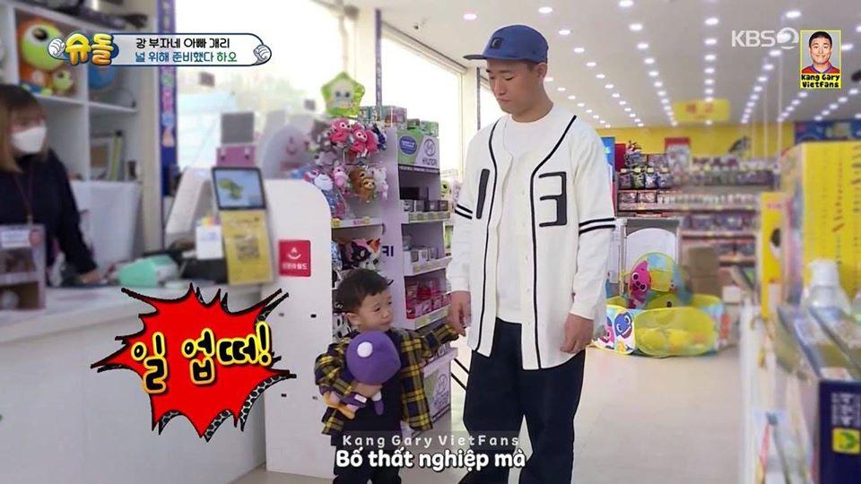 Nam ca sỹ nổi tiếng dắt con đi mua đồ chơi nhưng cậu bé mếu máo không chịu, lý do khiến nhân viên siêu thị cười bể bụng-2