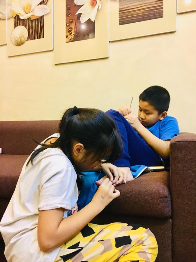 Cậu em lớp 2 viết văn bá đạo hở ra là tố chị đủ đường, nhưng phải đợi đến lúc người mẹ lên tiếng sự thật mới được hé lộ-4