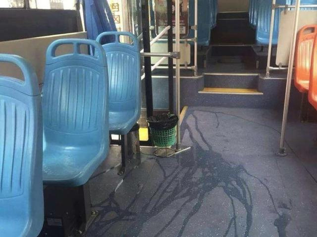 Con buồn tiểu tiện trên xe bus, mẹ thản nhiên làm một hành động và cái kết đáng buồn-2