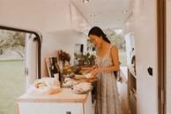 Ấp ủ ước mơ 'du mục', cô gái Việt cùng chồng cải tạo xe vận chuyển cũ thành ngôi nhà di động đẹp đến khó tin